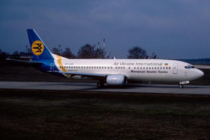Boeing 737-400 МАУ в октябре 1992 года в старой ливрее Air Ukraine International