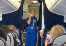 Стюардесса МАУ Наталья выполняет гимн Украины в полете