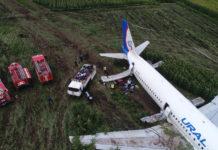 """Выгрузка багажа из самолета Airbus A321 VQ-BOZ """"Уральских авиалиний"""", который сел на кукурузное поле"""