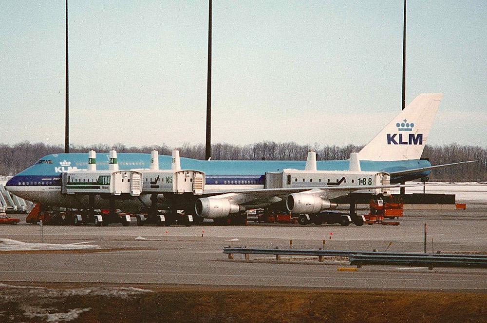 Посадка пассажиров в самолет KLM в аэропорту Мирабель с помощью Passenger Transfer Vehicles
