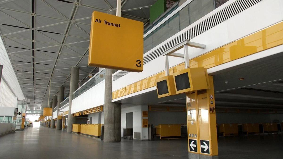 Пустующий зал регистрации в терминале в аэропорту Мирабель