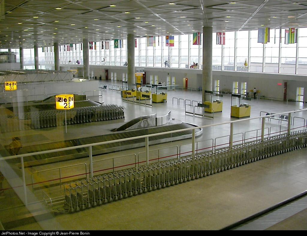 Зал паспортного контроля прилетевших пассажиров и выдачи багажа с багажными каруселями в аэропорту Мирабель