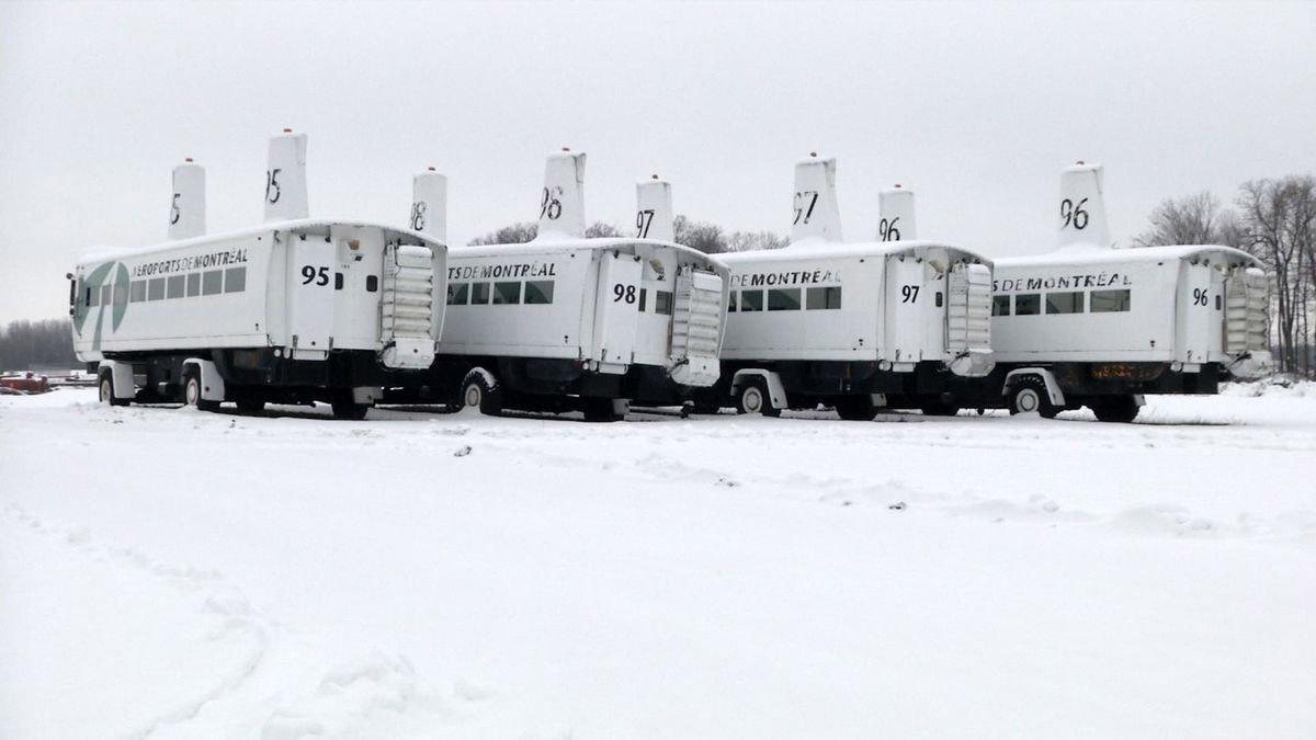 Специальные аэропортовые автобусы PTV для транспортировки пассажиров и посадки в самолет в аэропорту Мирабель