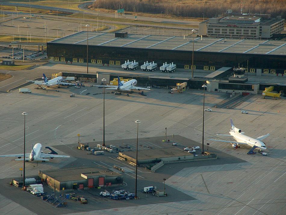 Аэропорт Мирабель во время работы