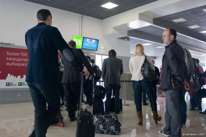 Очередь в аэропорту у выхода на посадку в самолет