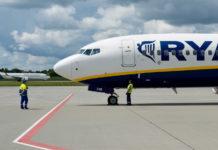 Подготовка Boeing 737-800 Ryanair к вылету. На заднем фоне самолет МАУ