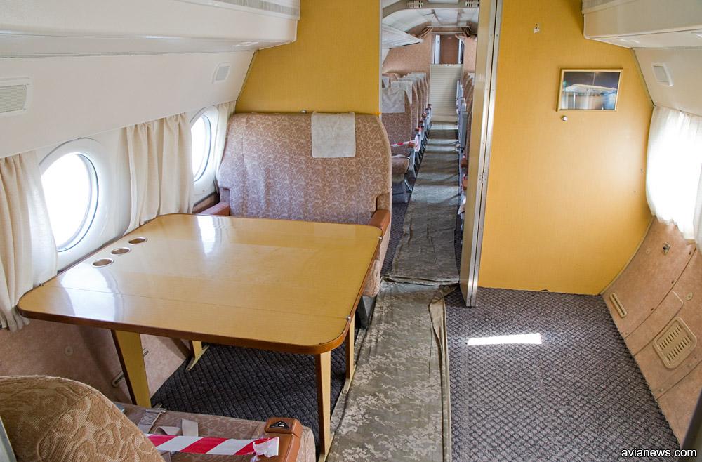 Второй салон в президентском Ту-134 - переговорная