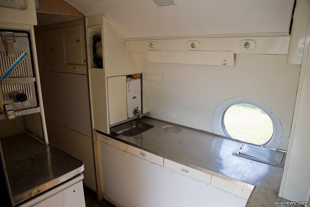 Кухня в носовой части Ту-134 напротив главного входа в самолет