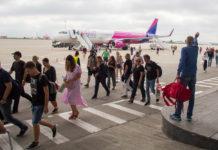 Пассажиры идут по перрону от самолета Airbus A321 Wizz Air