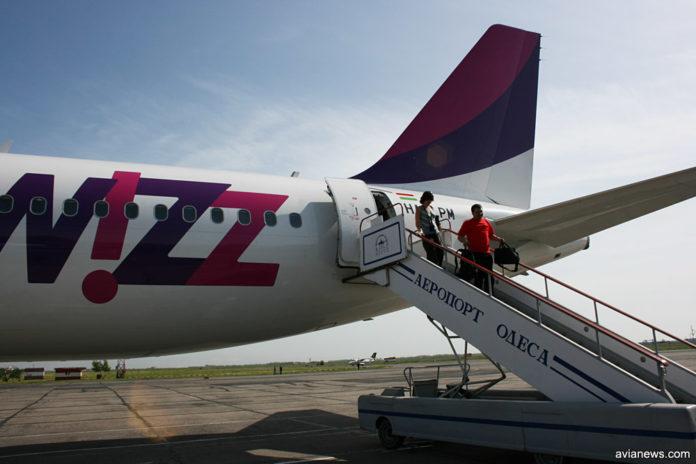 Самолет Wizz Air в аэропорту Одесса