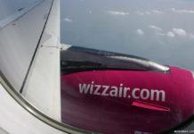 Двигатель самолета Wizz Air с адресом сайта лоу-коста