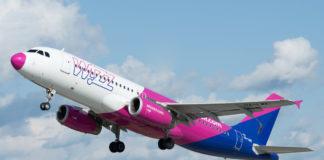 Взлет Airbus A320 Wizz Air в новой ливрее