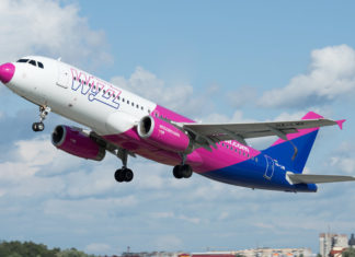 Взлет Airbus A320 Wizz Air в новой ливрее