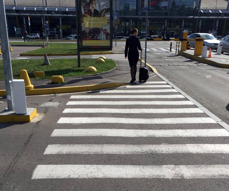 Понижені бордюри з'являються там, де закінчується зона відповідальності міста і починається зона, яку облаштовує приватна компанія-оператор аеропорту