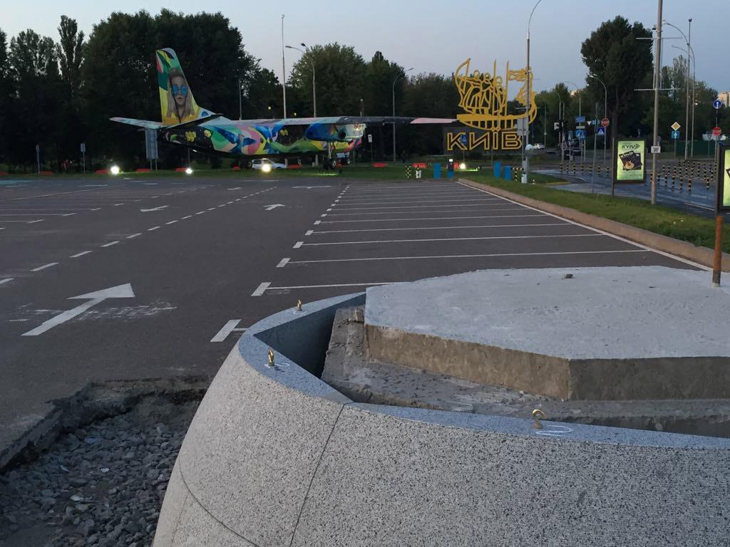 Пам'ятник, літак, три хлопця і дівчина. Масивний постамент під майбутній пам'ятник Сікорському дає можливість уявити весь набір арт-об'єктів, що незабаром зустрічатиме пасажирів у «Жулянах»
