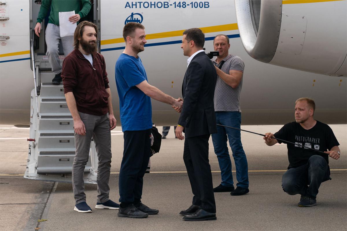 Президент Украины Владимир Зеленский встречает освобожденных украинцев в аэропорту Борисполь