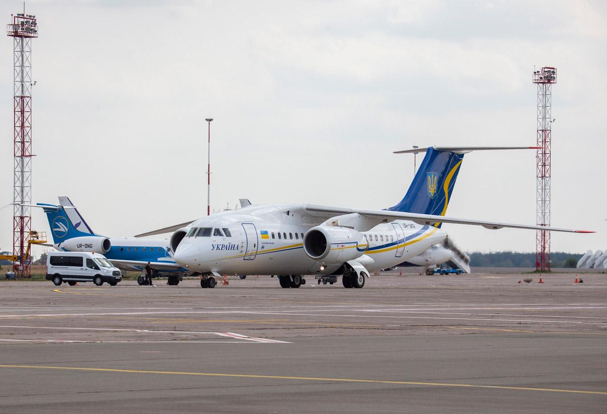 Ан-148 с освобожденными украинцами заруливает на стоянку в аэропорту Борисполь