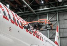 Дрон проводит инспекцию фюзеляжа самолета Austrian Airlines