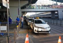 Машины такси на первой линии в аэропорту Борисполь