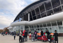 Хасиды у терминала B в аэропорту Борисполь