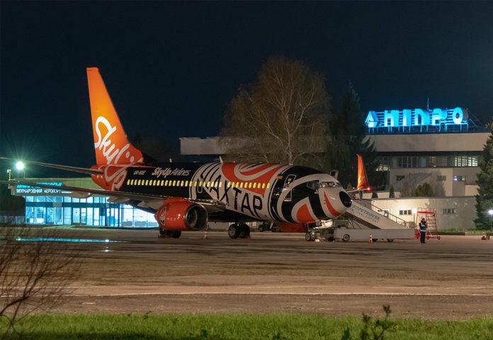 Самолет SkyUp в аэропорту Днепра