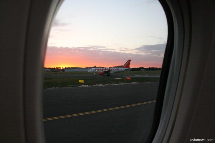 Вид на Airbus A319 easyJet из окна самолета