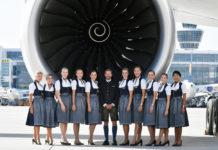 Бортпроводники Airbus A380 Lufthansa, одетые в традиционные баварские костюмы трахтен