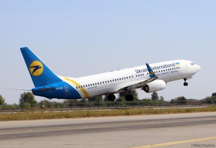 Взлет Boeing 737-800 МАУ UR-UIC