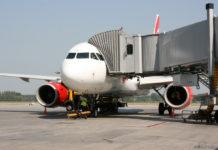 Самолет у телетрапа в аэропорту