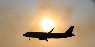 Самолет в лучах вечернего солнца