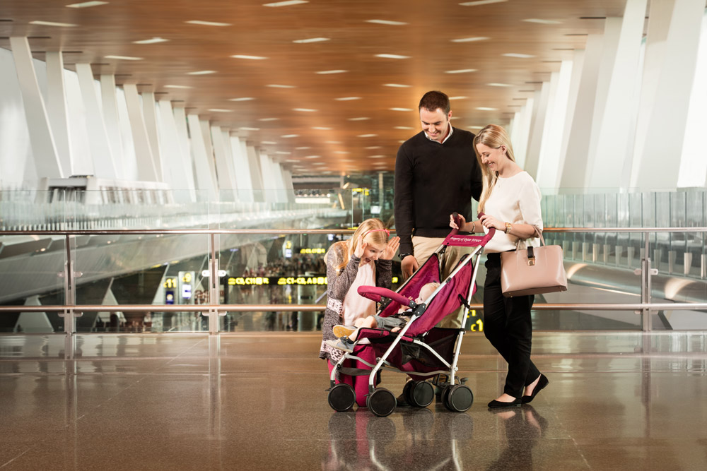 В аэропорту Дохи родители с маленькими детьми могут взять бесплатные детские коляски