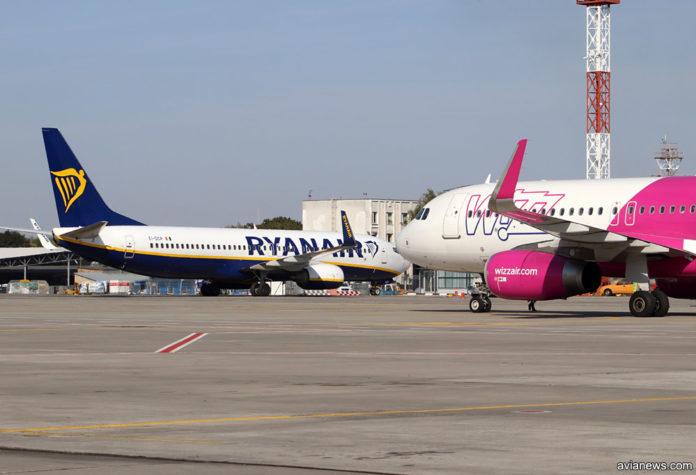 Самолеты Ryanair и Wizz Air в аэропорту