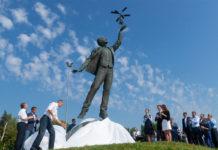 Памятник авиаконструктору Игорю Сикорскому на подъезде к терминалу А в аэропорту Жуляны