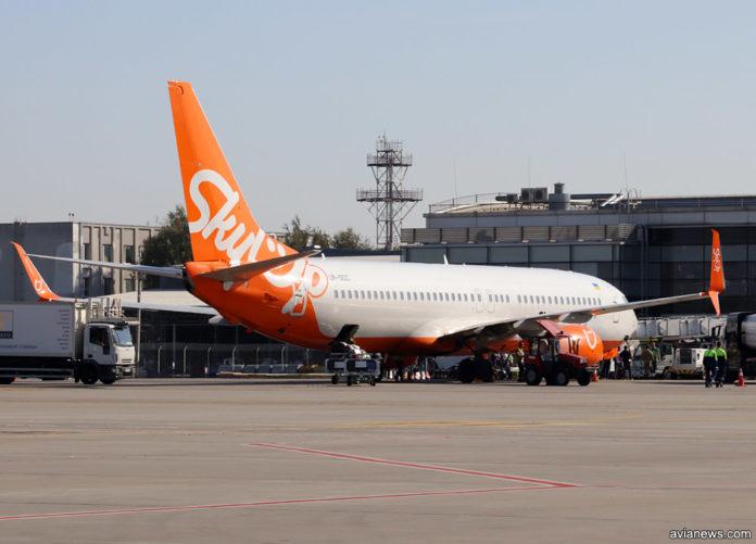 Самолет SkyUp Boeing 737-800 у терминала в аэропорту