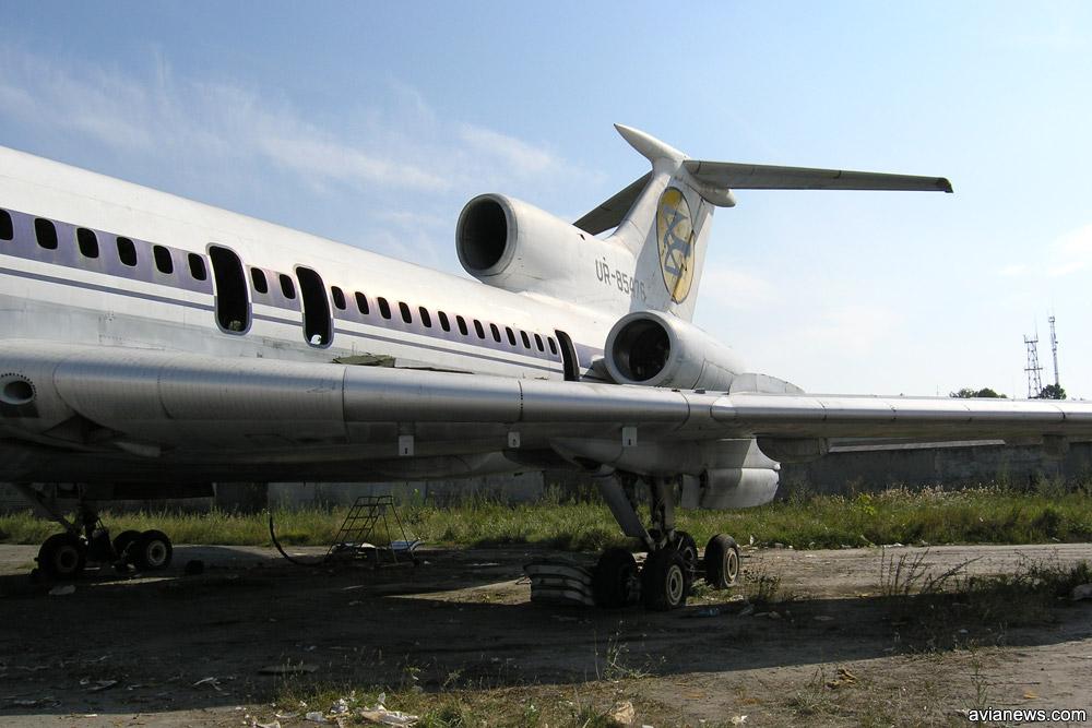 Списанный Ту-154 после демонтажа салона и иллюминаторов