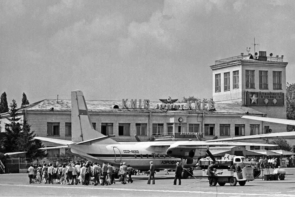 Ан-24 на перроне аэропорта Жуляны.