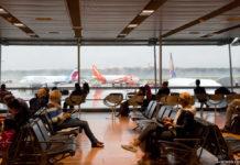 Пассажиры у выхода на посадку в аэропорту