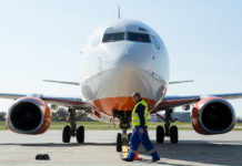Самолет на стоянке в аэропорту