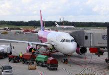 Самолет Wizz Air в аэропорту Гамбурга у телетрапа