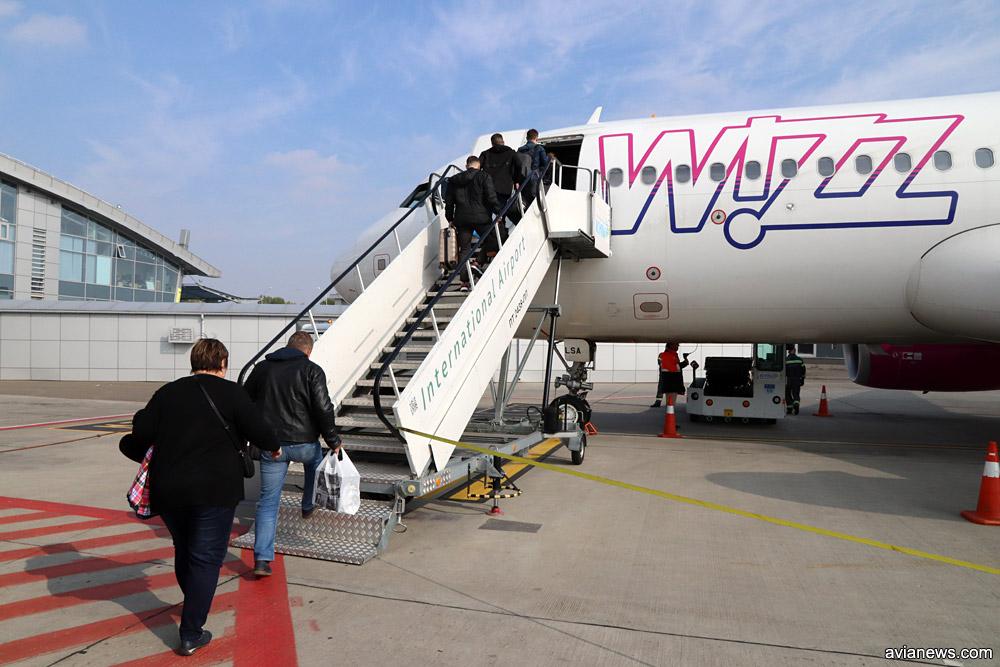 Посадка пассажиров Wizz Air в самолет