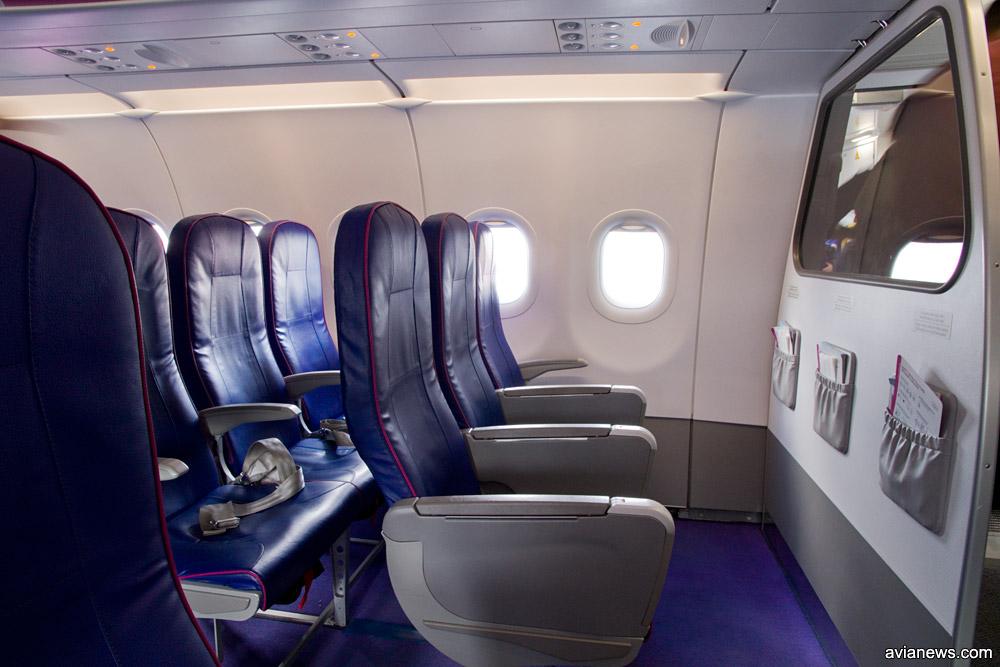Салон самолета Wizz Air с новыми тонкими креслами. Первый ряд
