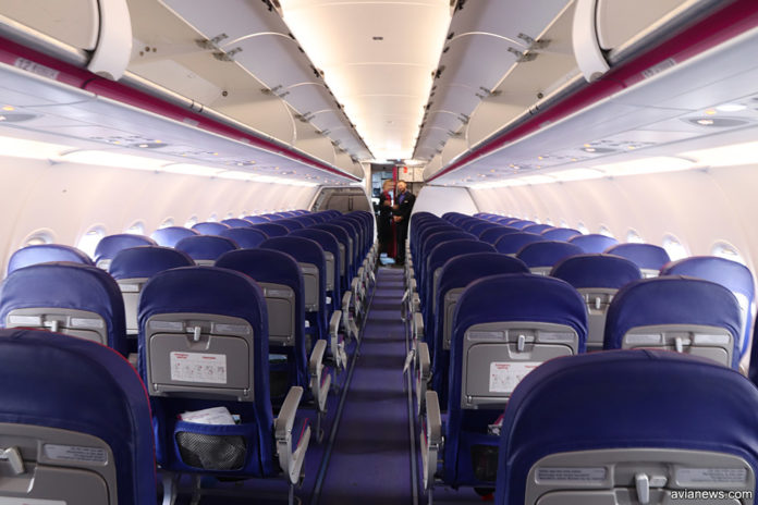 Вид на салон самолета Wizz Air с новыми тонкими креслами