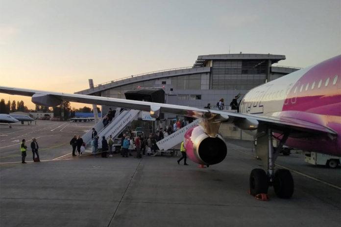 Посадка пассажиров Wizz Air в самолет с использованием телетрапа и трех трапов