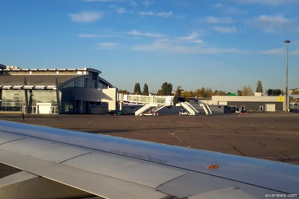 Телетрап и три трапа в ожидании самолета в аэропорту Жуляны