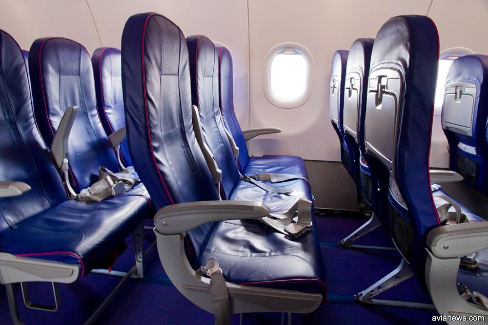 Салон самолета Wizz Air с новыми тонкими креслами. Стандартный ряд