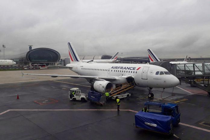 Самолет Air Frane в аэропорту Парижа Шарля-де-Голля