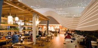 Стилизованная под кафе зона приема пищи в бизнес-зале Turkish Airlines в аэропорту Стамбула
