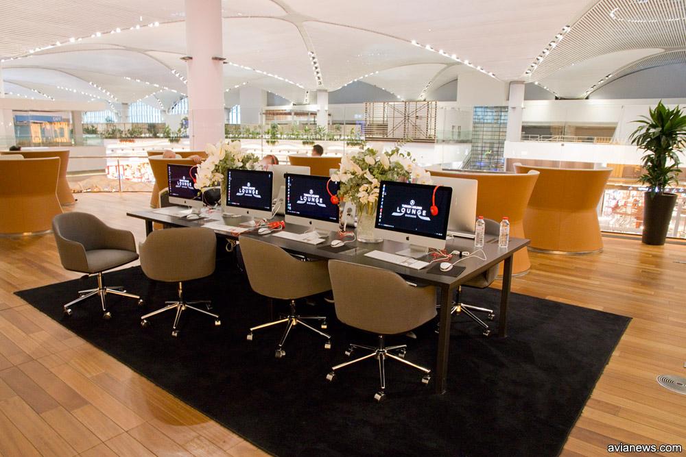 Компьютеры в рабочей зоне в бизнес-зале Turkish Airlines в аэропорту Стамбула
