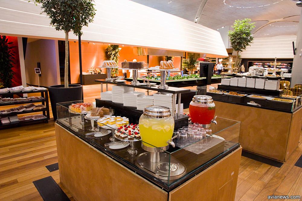 Стол с лимонадами и тортами в бизнес-зале Turkish Airlines в новом аэропорту Стамбула