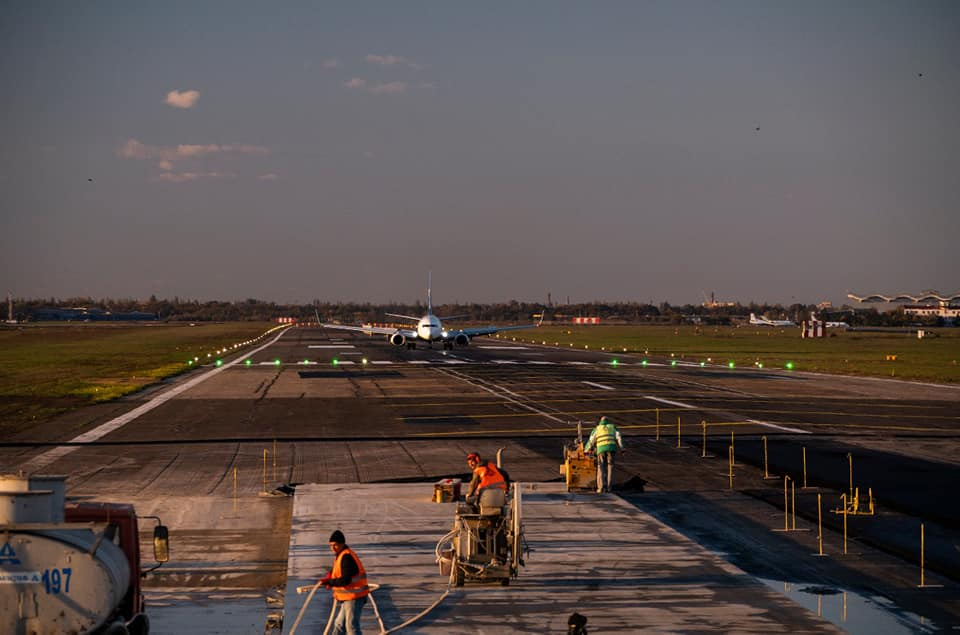 Фрезерование участка старой полосы для обустройства съезда с новой рулежной дорожки РД-А5 в аэропорту Одеса